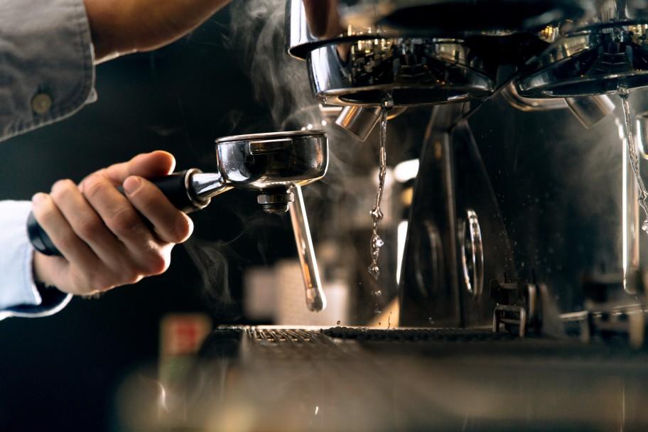 Kawa prosto z kapsułek – dlaczego warto inwestować w ekspresy na kapsułki?